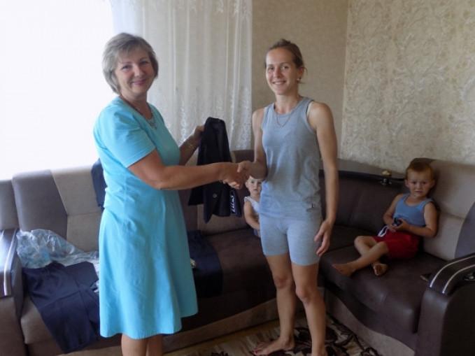 Зінаїда Василівна вручає костюми