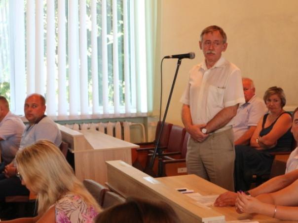 На позачерговій сесії селищної ради. Виступає головний лікар ЦРЛ Богдан Іванів