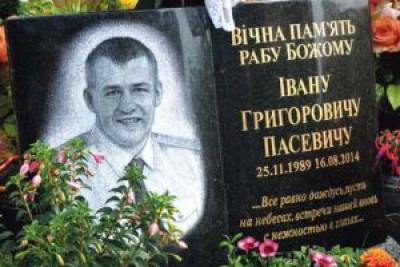 Небайдужі люди та владці відвідали та поклали квіти на могилу Героя