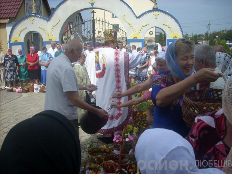 Отець Юрій освячує плоди