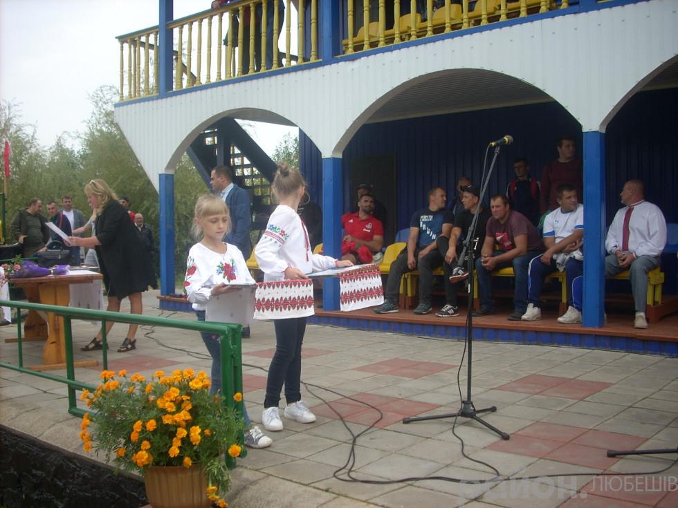 Юні помічниці на церемонії нагородження