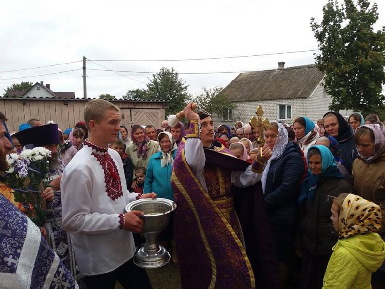 Кроплення парафіян під час хресної ходи