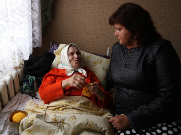 Ольга Кух спілкується з мешканкою стаціонарного відділення в Бучині