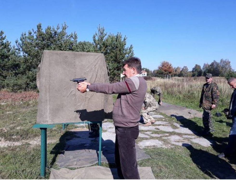Стріляє з пістолета начальник відділу внутрішньої політики Любешівської рда Василь Бурдак