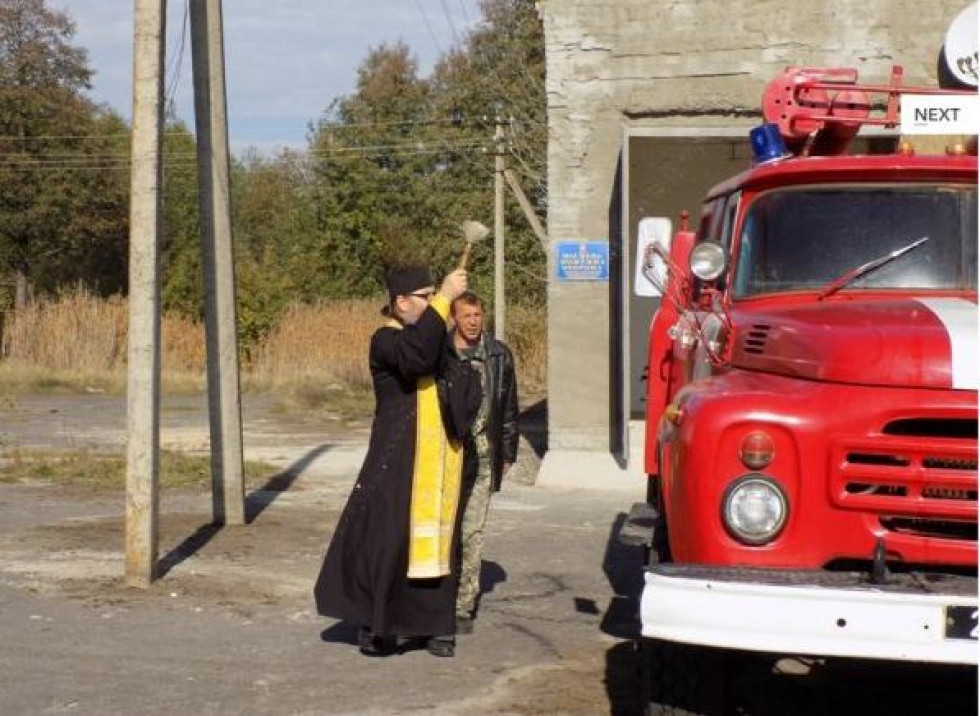 Місцевий священик освячує пожежний автомобіль