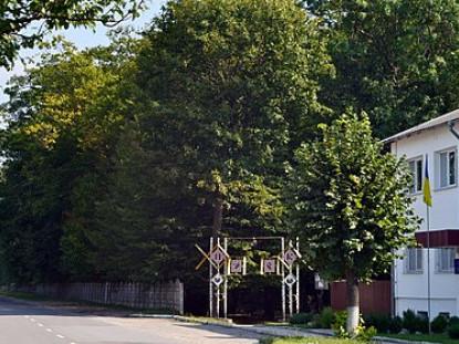 Вхід у Любешівський селищний парк