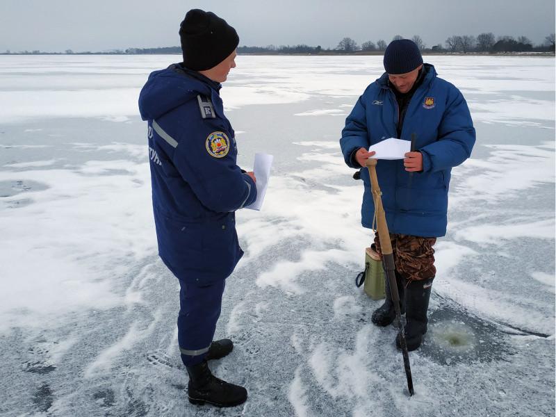 Озеро Люб'язь: рибалок попереджали про небезпеку на льоду