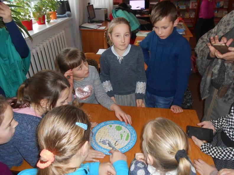Юні читачі складають емблему  національного парку