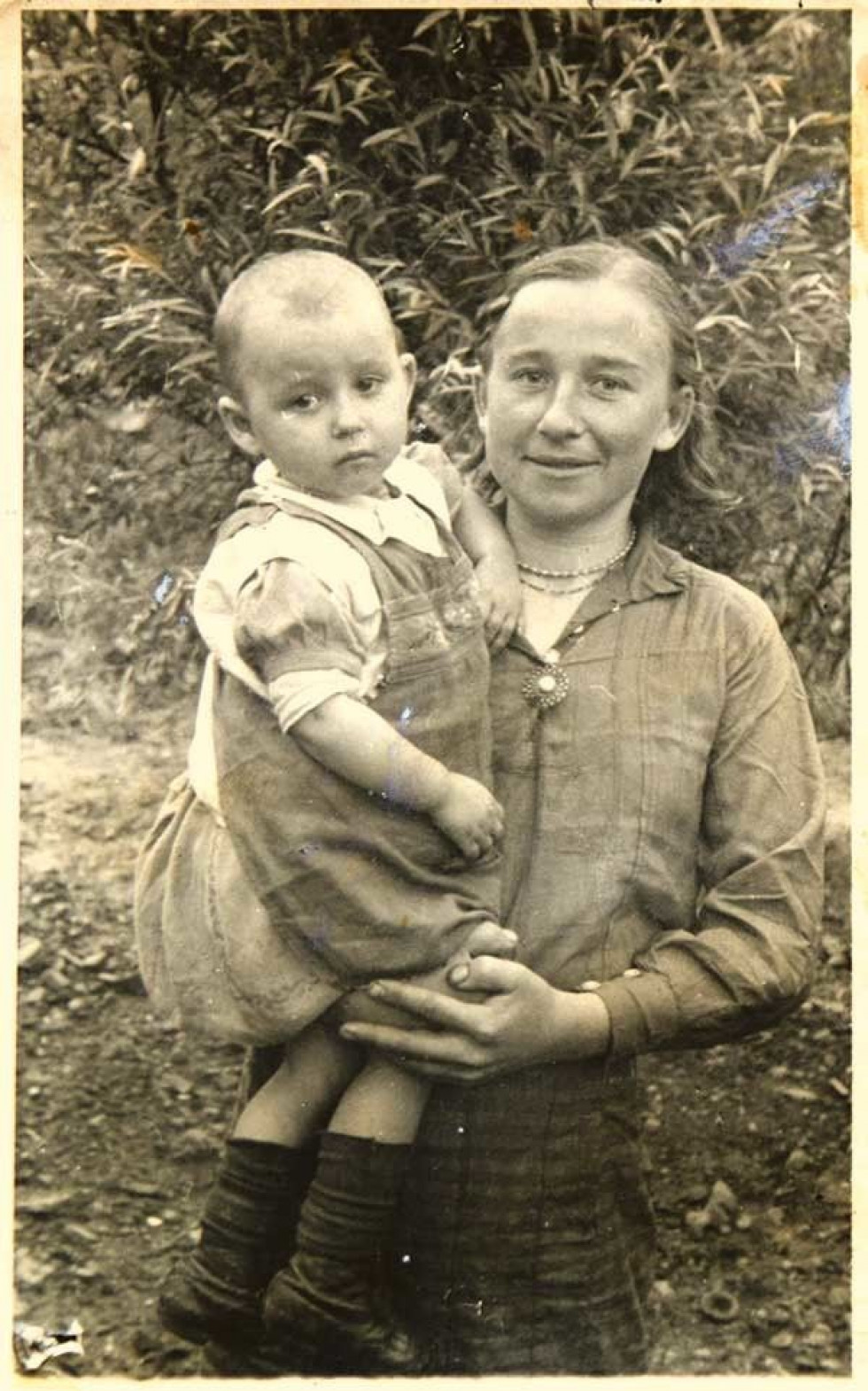 Дворічна дівчинка з мамою Тетяною Черняк в Магдебурзі у 1944-му