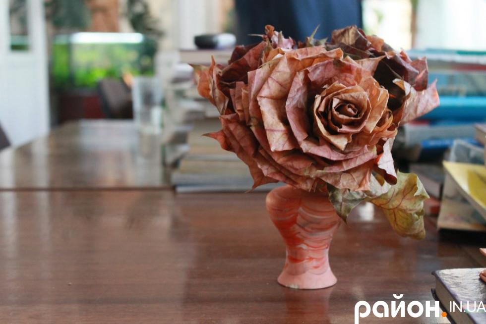 На столі в учительській декоративні квіти