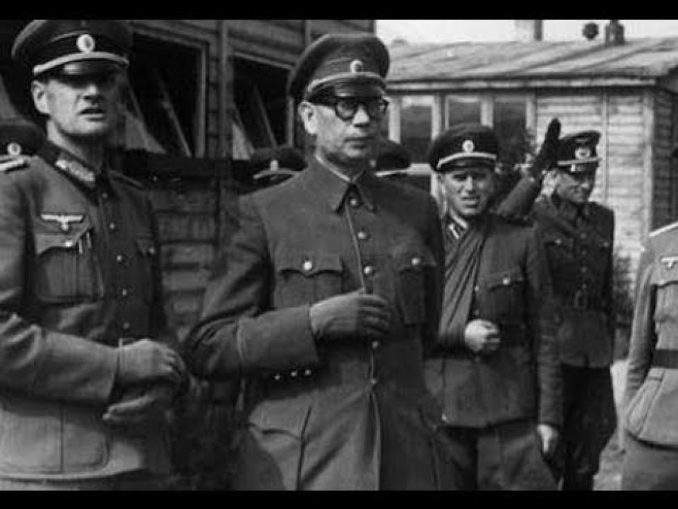 Командир РОА Андрій Власов (у центрі)