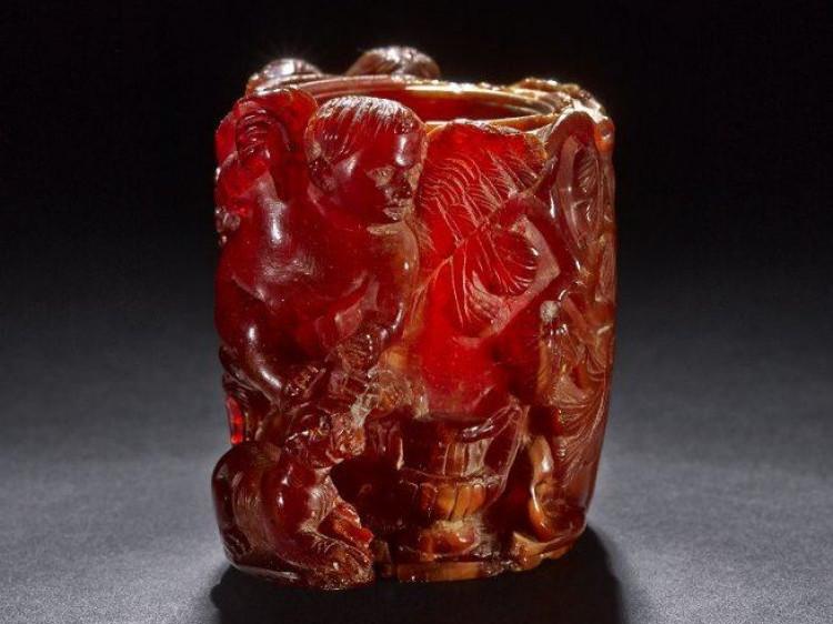 Ємкість для парфумів з бурштину із зображенням амурів і пантери. Римська Аквілея, 100-120 р. н.е. (Британський музей, Лондон)