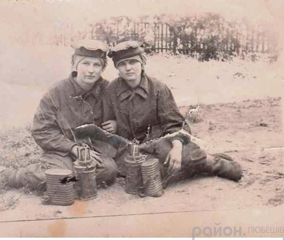 Антоніна Вабіщевич (зліва) на шахтах Донбасу