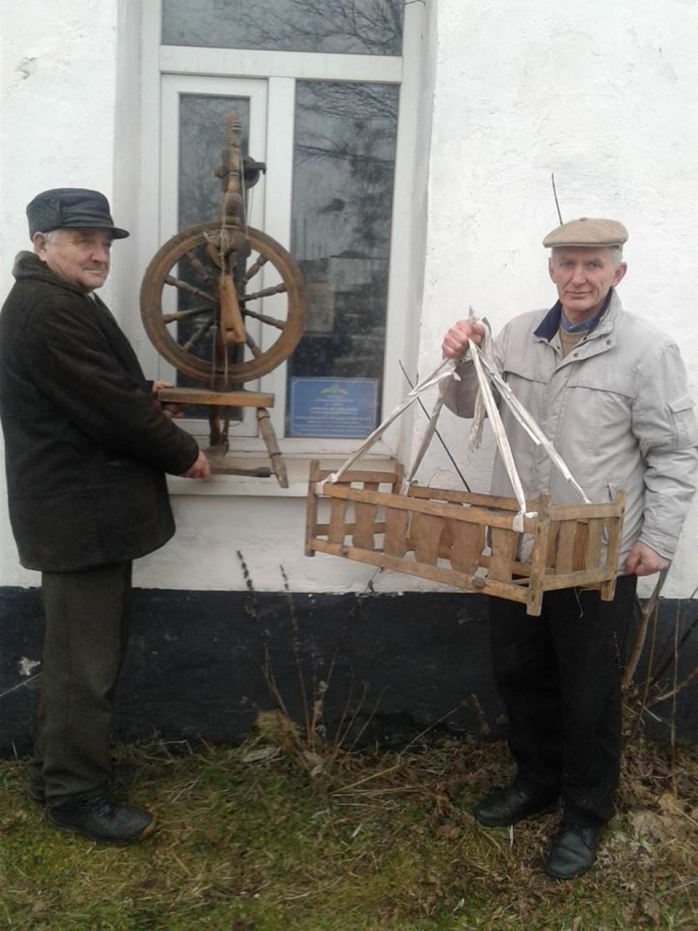 Валентин Поліщук і Геннадій Сарапін з експонатами музею