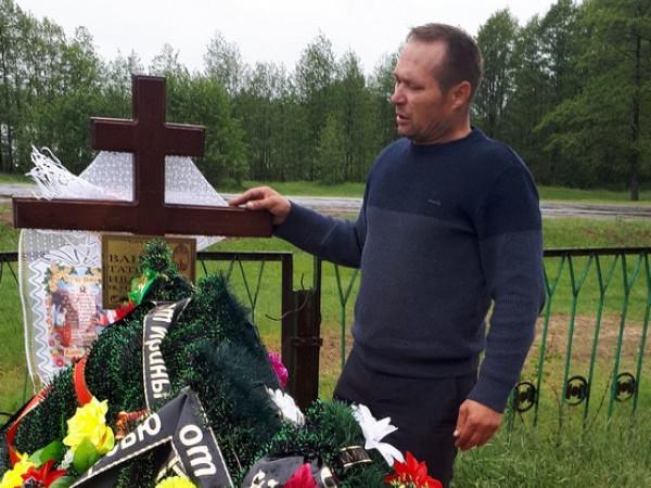 Іван Ванюк  на могилі дружини