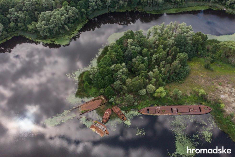 Затоплені кораблі в річці Прип'ять у Чорнобильській зоні