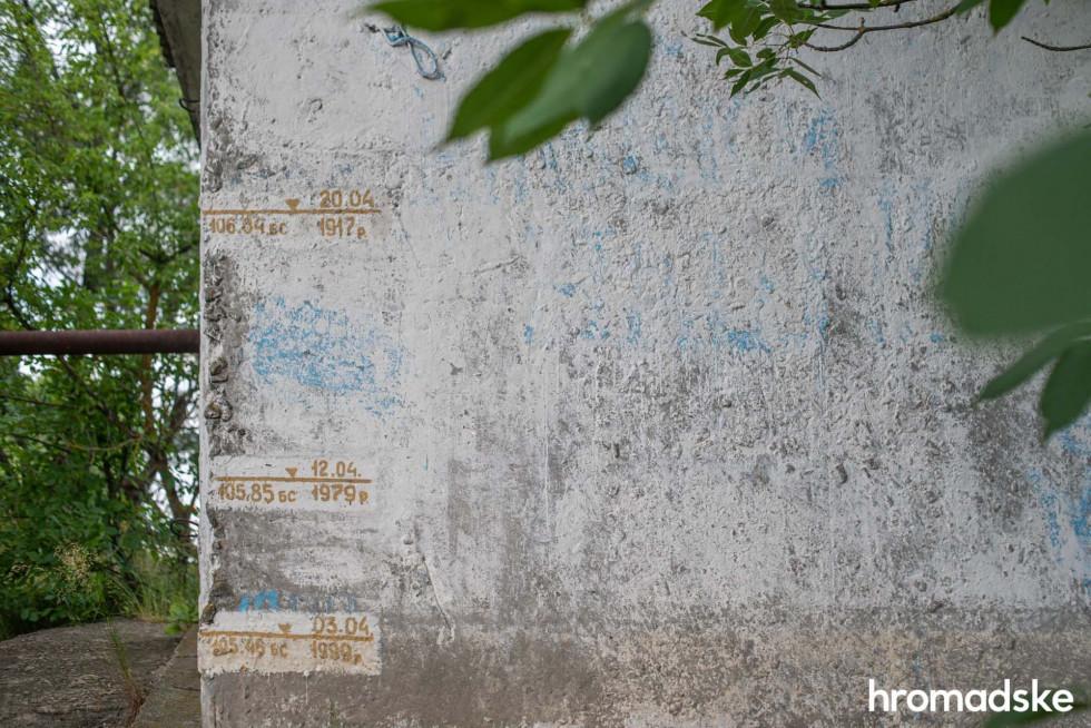 Відмітки на стіні будівлі показують рівень води в річці Прип'ять у різні роки